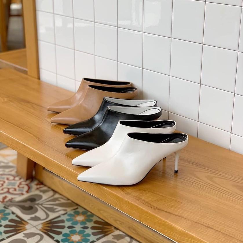 Giày boot nữ bAimée & bAmor ITEMS với tính ứng dụng cao và khả năng biến hóa đa dạng. Giày có thiết kế cổ ngắn ôm gọn chân, gót đũa mảnh cao khoảng 7cm ráp trên đế kếp. Khi mang giày này, không gây tiếng động và giúp bạn di chuyển rất nhẹ nhàng, thoải mái.